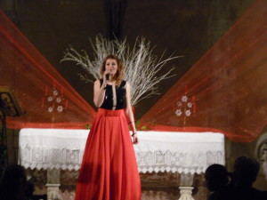 Tatiana chante Noel dans l'église